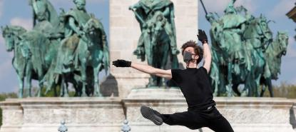 Reuters, « COVID-19 the ballet ? Dancer performs 'virus song' in empty Budapest square », Dayly Sabbah, 29 avril 2020